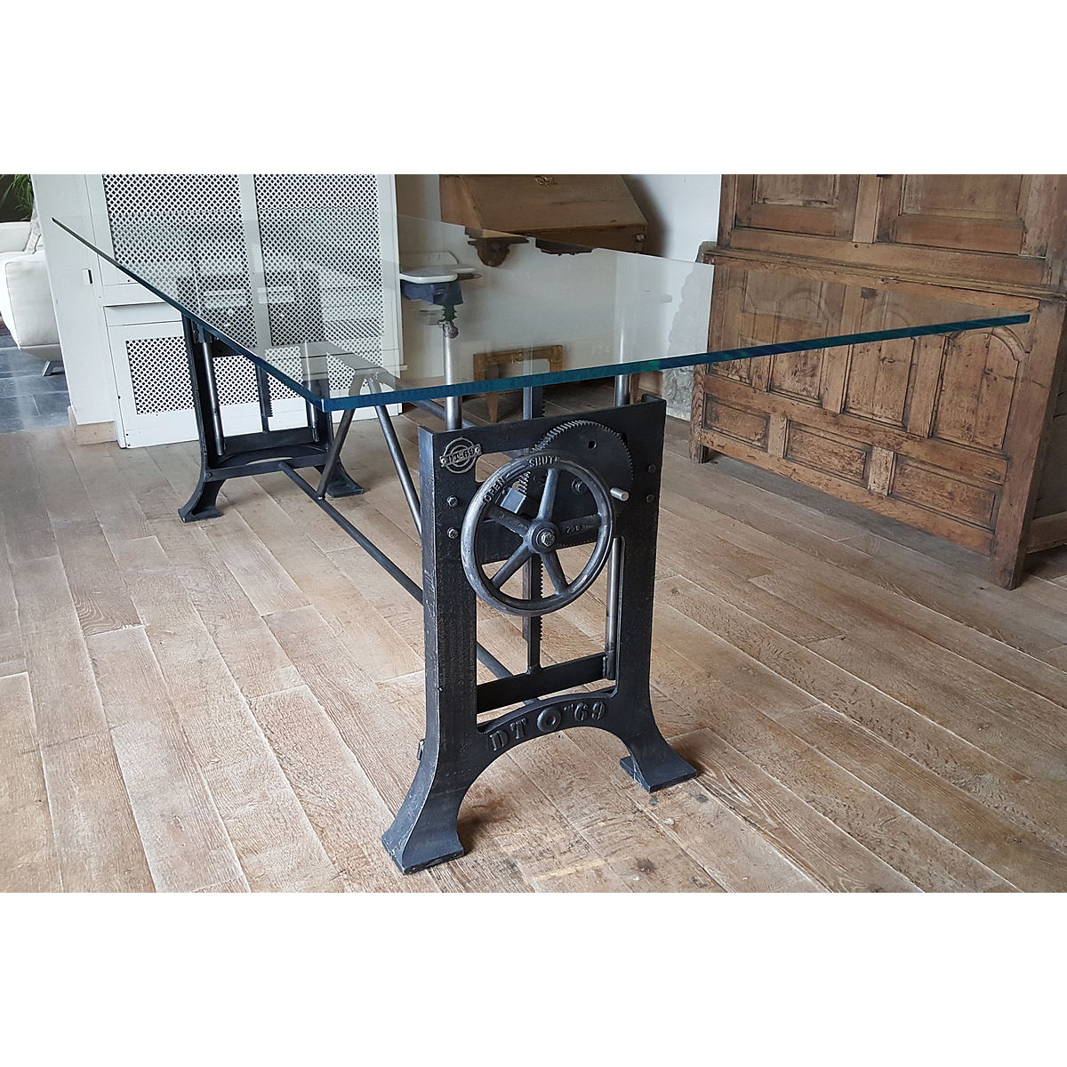 Adjustable height crank table with an extra clear glass top DT12
