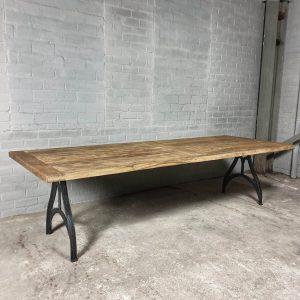 dinningtable-industrial-design-cast-iron-base-sunburned-oak-top-dt05-05